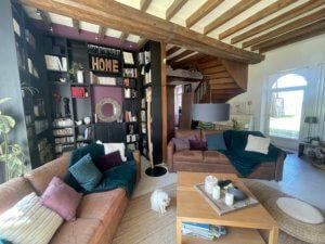 La chaleur d'un salon redécoré avec sa cheminée et sa bibliothèque